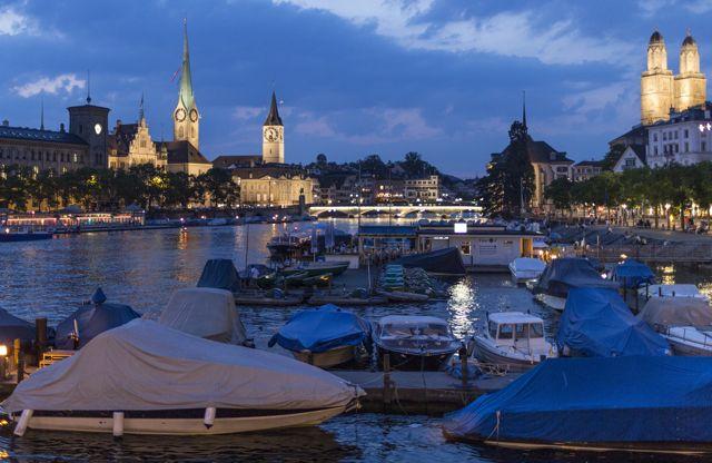 Blick ueber die Limmat Richtung Altstadt im abendlichen Licht in Zuerich, aufgnenommen am 10. Juli 2013. (Zuerich Tourismus/Keystone/Gaetan Bally)