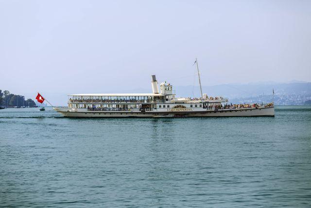 Das Schiff Stadt Rapperswil auf dem See aus der Sicht des Buerkliplatz in Zuerich, aufgnenommen am 9. Juli 2013. (Zuerich Tourismus/Keystone/Gaetan Bally)